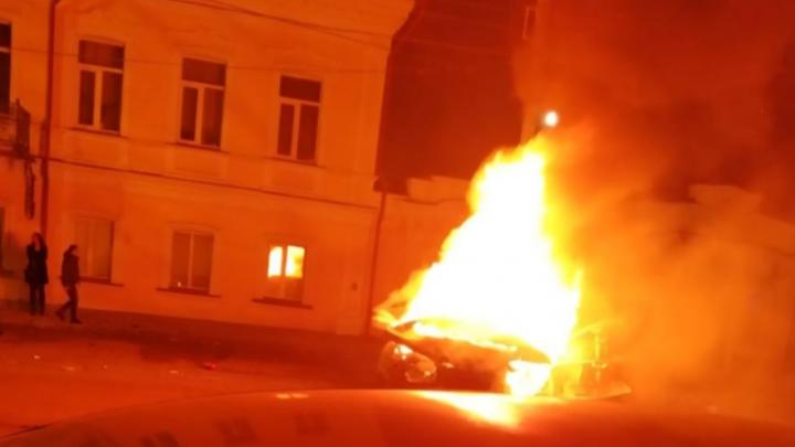 Дорожное видео недели: заживо сгоревшая в Lexus женщина, трусливый водитель и батюшка на моноколесе