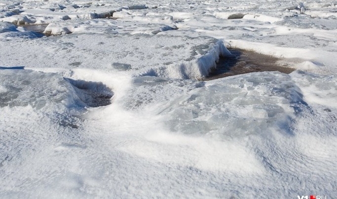 «Пассажиры вынырнули, водителя достали водолазы»: в Волгоградской области машина с людьми провалилась в реку