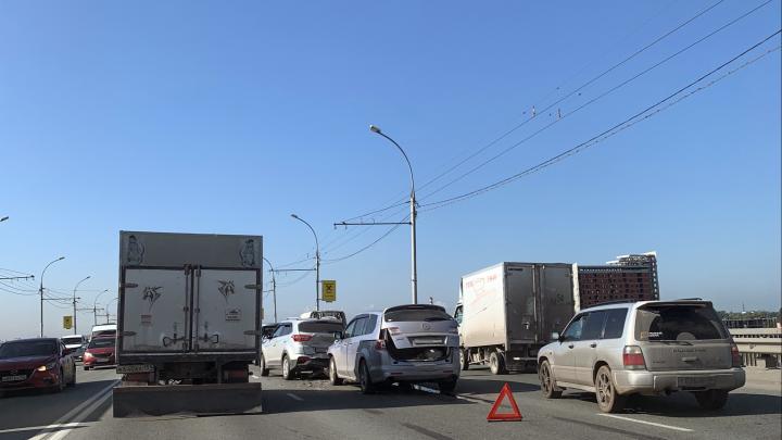 «В пробке можно прожить целую жизнь»: 5возмущений от водителей, застрявших на Димитровском мосту