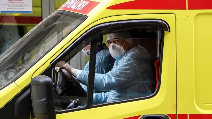 «Из семи бригад остались две. Болеют»: сотрудник скорой рассказал, как работают с COVID-больными