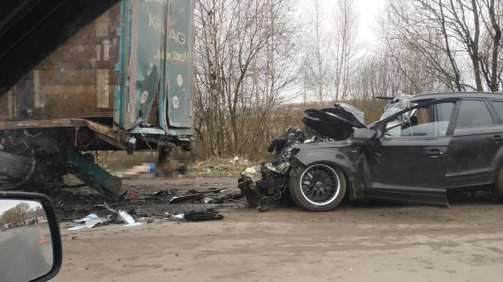 Запчасти разлетелись по дороге: в Ярославле водитель на «Ауди» разбился сам и погубил друга