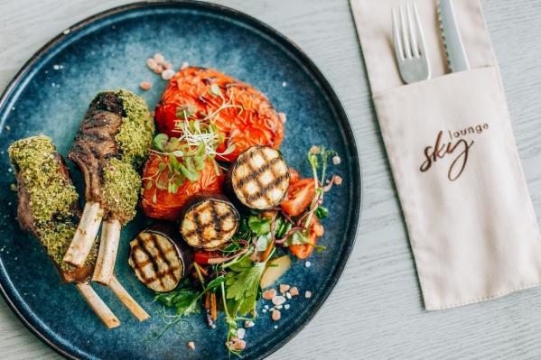 Нежное каре ягненка с печеными овощами