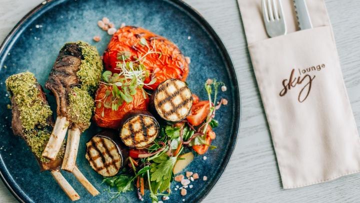 Салат с вяленым инжиром и каре ягненка: что попробовать в ресторане, из которого город как на ладони