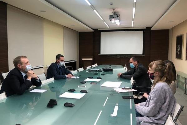 На встрече присутствовал еще депутат гордумы Дмитрий Елагин