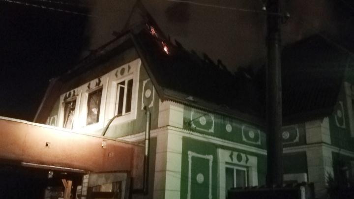 Пламя было видно с проспекта Авиаторов: в Заволжском районе Ярославля вспыхнул дом