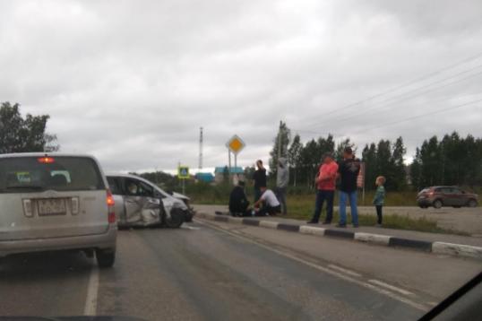 Две иномарки столкнулись под Новосибирском: «Форд» выбросило в кювет, есть пострадавшие