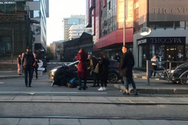 Старушка перебегала через дорогу в неположенном месте