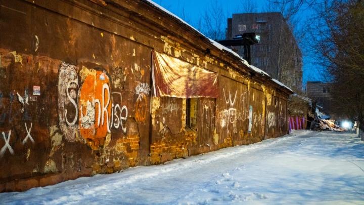 Говорящие фотографии: как выглядел изнутри склад минобороны в Омске до обрушения