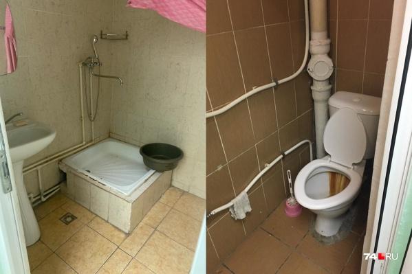 Челябинцев, прилетевших из США, закрыли в домах с одним душем и ванной на восемь человек. Вот так выглядит санузел