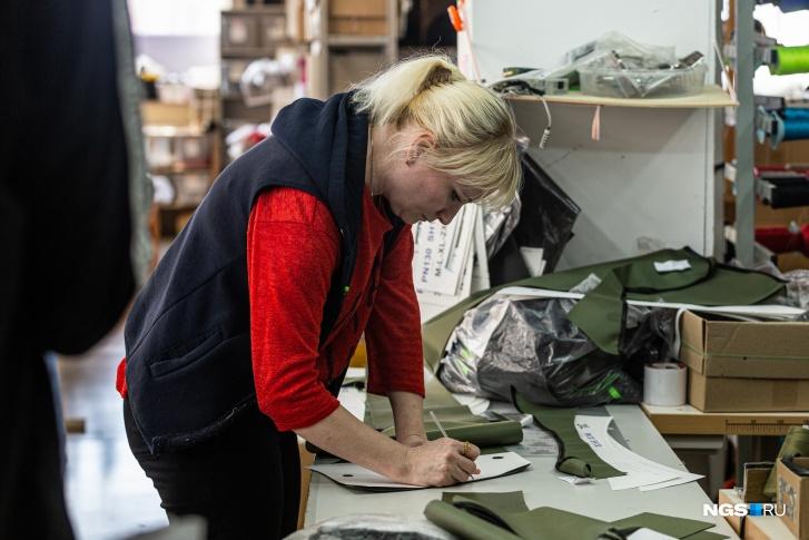 Швея-лаборант Татьяна сначала стеснялась работать с такой одеждой, но потом привыкла