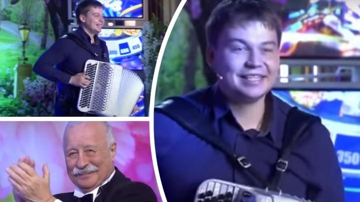 Музыканта из Тюмени показали в шоу «Поле чудес». Он сыграл для Якубовича на баяне