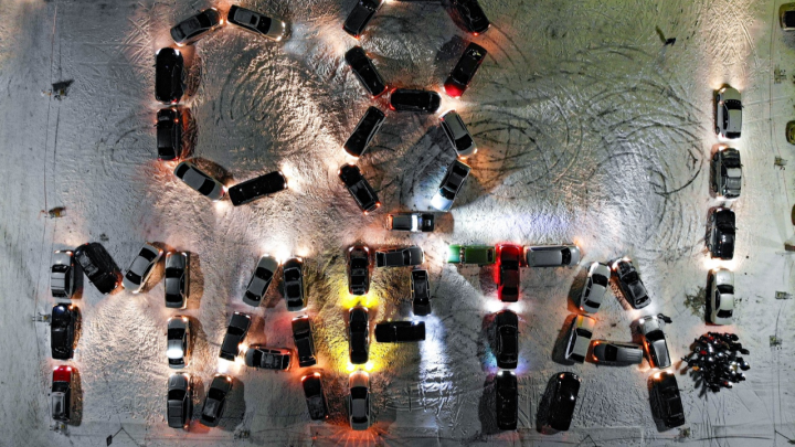 Новосибирцы составили из 54 машин поздравление с 8 Марта и сняли его с квадрокоптера