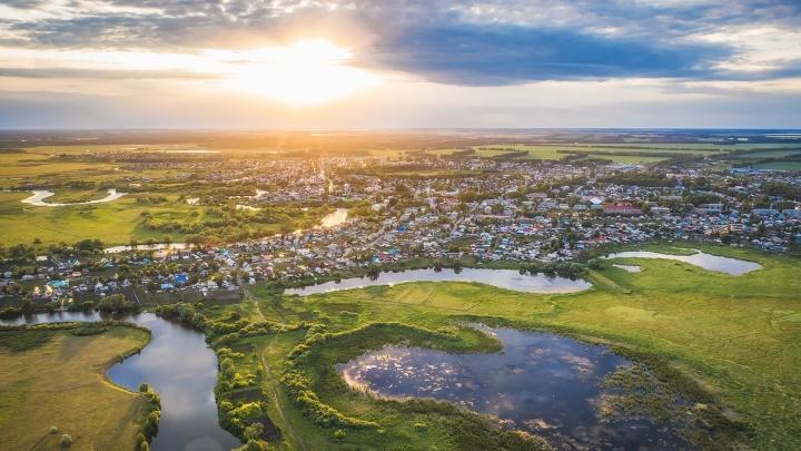 Фотограф из Новосибирска снял с высоты птичьего полёта посёлок на реке Карасук — кадры захватывают дух