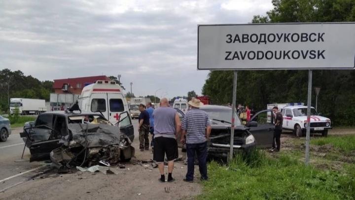 Под Заводоуковском на встречной полосе столкнулись два автомобиля. Среди пострадавших ребенок