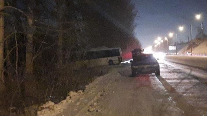 В Новосибирске автобус с пассажирами попал в ДТП и слетел в кювет — есть пострадавшие