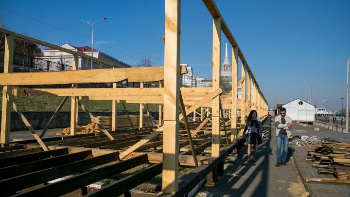 У Речвокзала на набережной появились деревянные конструкции: мы выяснили, что это будет