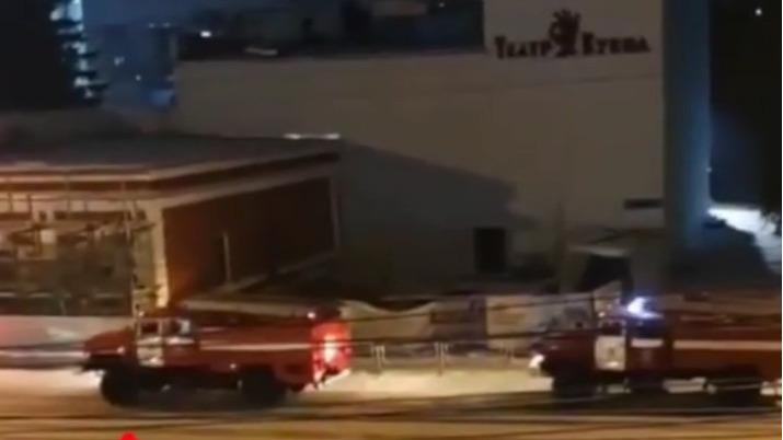 В Челябинске к кукольному театру стянули пожарные машины
