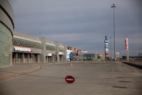 Многие парковки, которые ещё две недели назад были заполнены машинами, сейчас пустуют