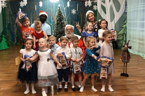 20 лет назад Тимати (в центре, с бородой) влюбился в сибирячку и теперь преподает в Красноярске