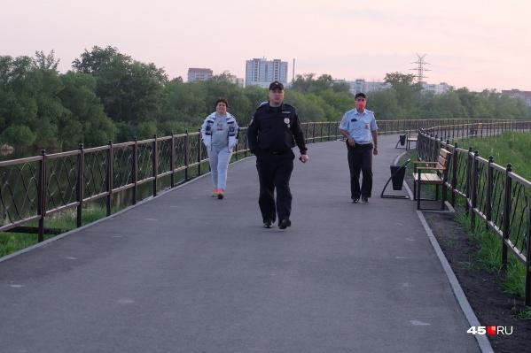 Сотрудники полиции, патрулирующие набережную