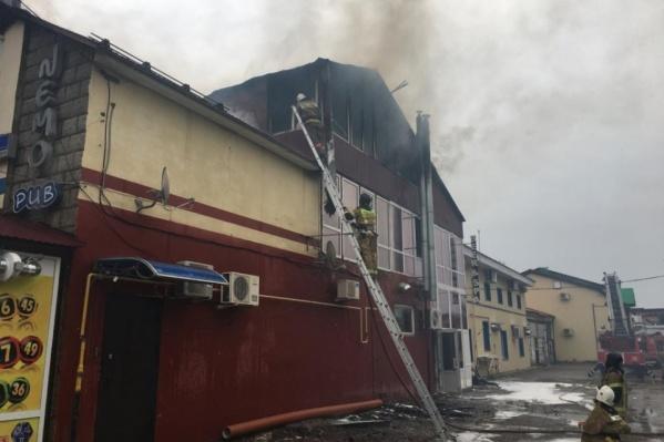 Здание торгового центра вспыхнуло в обед