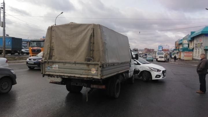 «Газель» не заметил: невнимательный водитель собрал километровую пробку на Гусинобродском шоссе