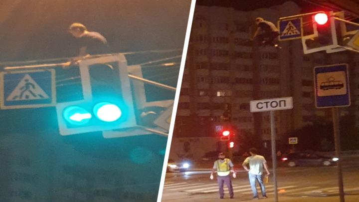 Опасно для жизни: в Самаре мужчина забрался на столб и сел на провода
