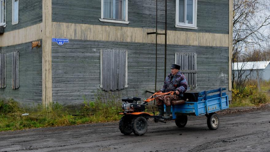 Вспаханные дороги и лабиринты косых заборов: как живет Цигломень — фоторепортаж