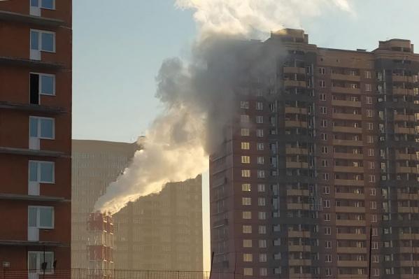 Маленькое административное здание разрешили превратить в жилую высотку, и оказалось, что квартиры попали в облако пара котельной