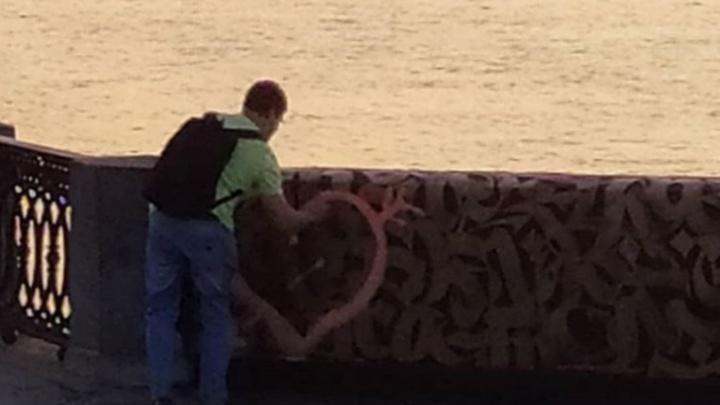 В Самаре восстановили испорченный «влюбленным» вандалом мурал Покраса Лампаса