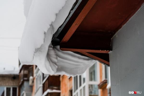 Суд установил, что снег упал на человека из-за того, что ТСЖ вовремя не почистило крышу дома