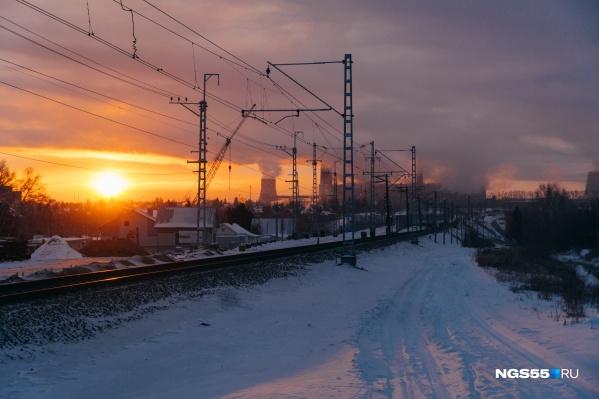 Пламенный рассвет зимнего утра, как иллюзия. Если протянуть к нему руки — обожжешься, но не от тепла, а от ледяного ветра