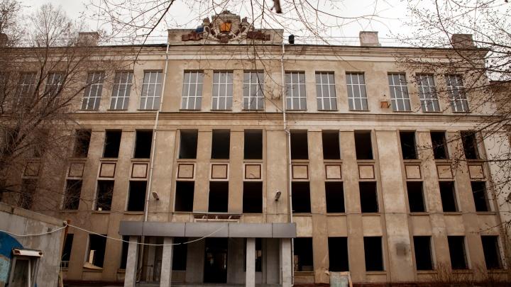 Прощай, эпоха: в Тюмени сносят школу с 60-летней историей. Фоторепортаж из пустующего здания