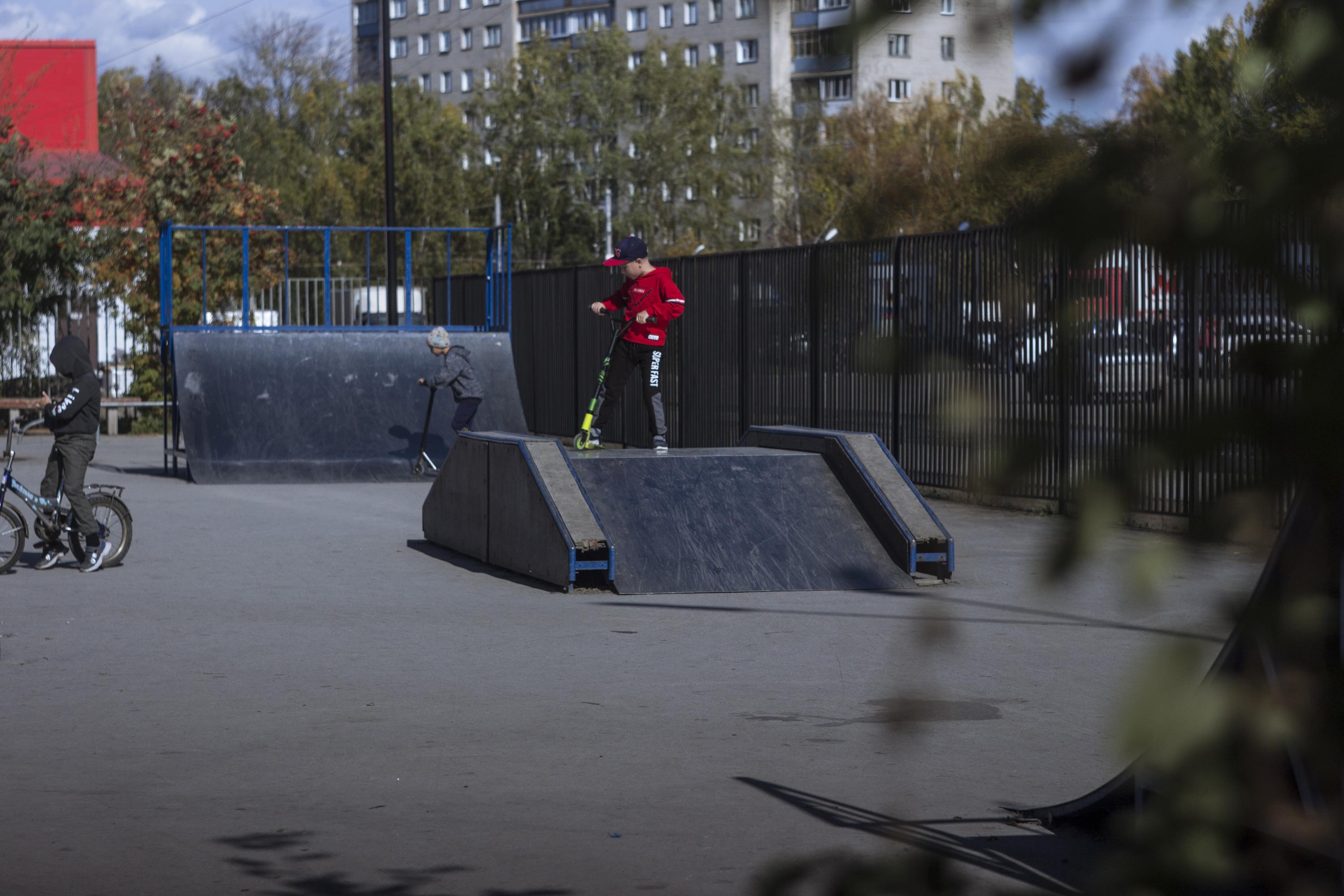 В Затулинском дисперсном парке уже работает скейт-парк, в котором мальчики катаются на самокатах