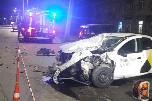 В Омске молодой водитель такси и его пассажир насмерть разбились на дороге минувшей ночью