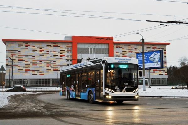 Новый троллейбус на фоне нового торгового комплекса