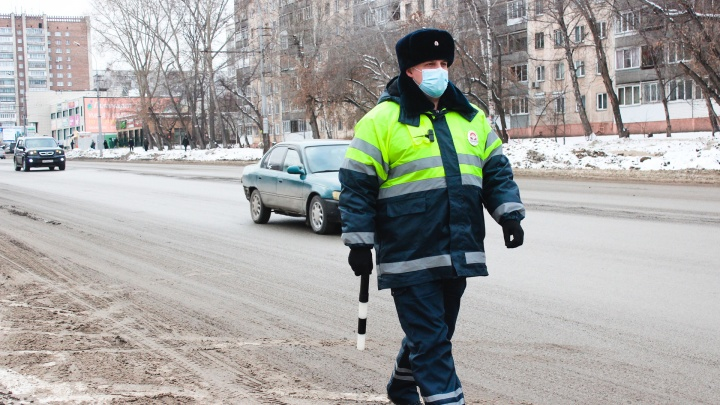 «Денег нет, пассажиры хамят». Как гаишники ловили таксистов — репортаж с улицы Богаткова