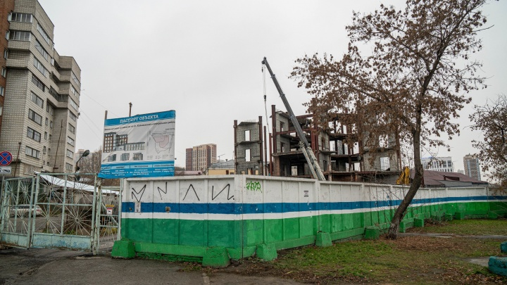 Возле старого автовокзала на Красном проспекте начали разбирать долгострой
