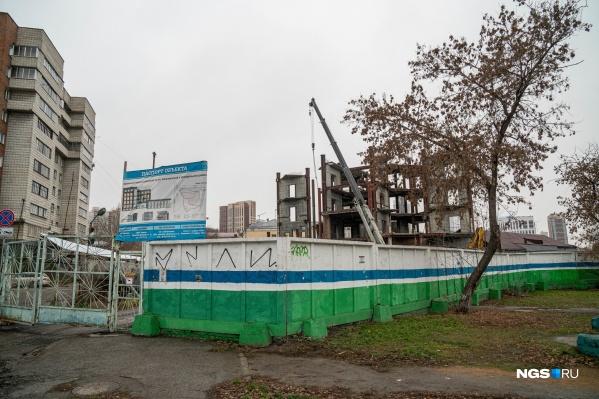 Долгострой на углу Красного проспекта и улицы Колыванской начали сносить — он ровесник недостроенного автовокзала по соседству