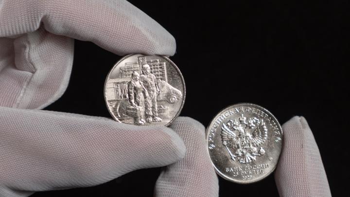 В Омск привезли 25-рублевые монеты с изображением медиков в ковидных костюмах