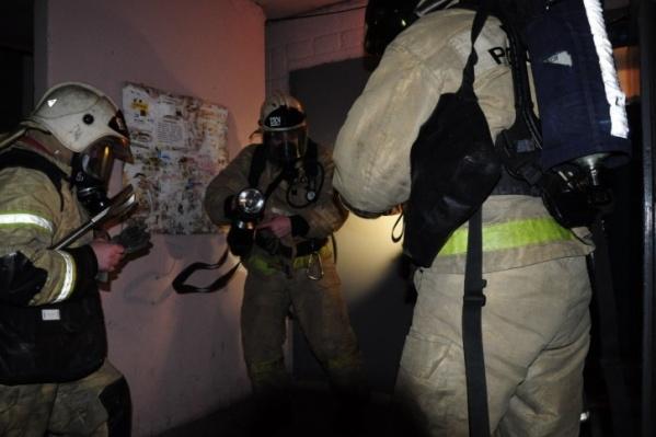 В Кургане пожарные спасли четверых людей из пожара в пятиэтажке
