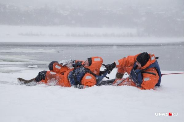 Чтобы вытащить провалившегося под лед, следует самому быть очень осторожным<br><br>