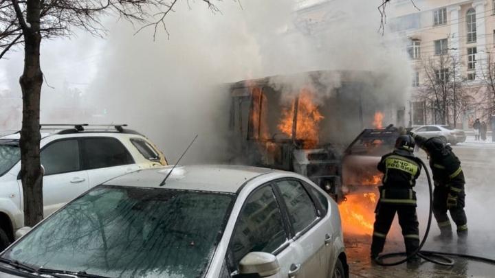 В центре Челябинска вспыхнула маршрутка