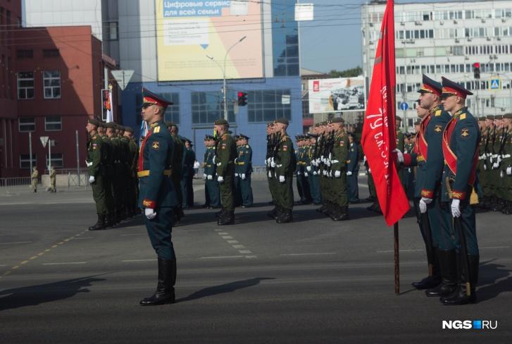 В параде поучаствовали военнослужащие из разных войск— всегопо главной улице города и площади Ленина прошли маршем 2200 человек в составе 24 парадных расчетов