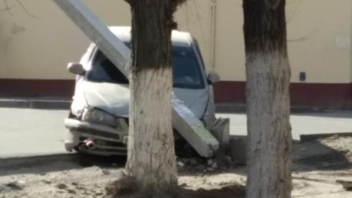 «Услышал визг тормозов и хлопки»: на севере Волгограда автомобилист оставил без света несколько домов