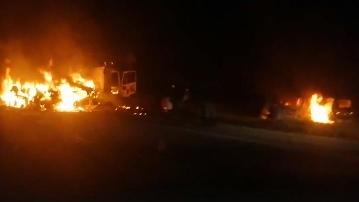 «Взрыв был моментальный»: на трассе в Прикамье сгорели фура и легковушка. Видео