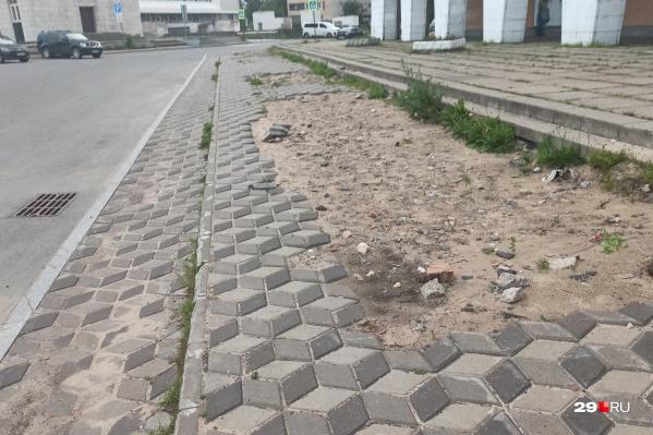 Продолжительное время тротуар у Музея изо выглядел примерно так