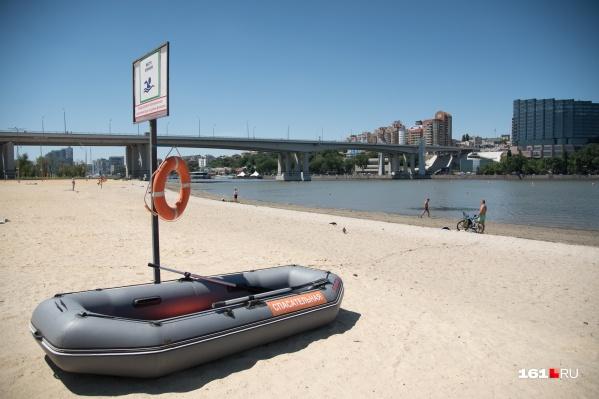На каждом из открытых пляжей должны быть спасательные посты