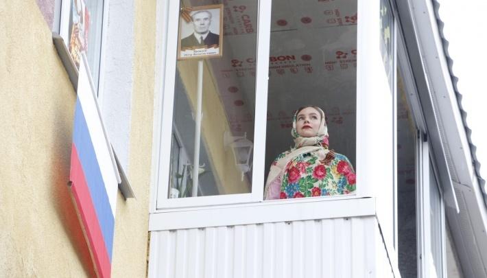 Артисты Северного хора спели песни о войне и Победе из окон своих квартир — смотрите видео