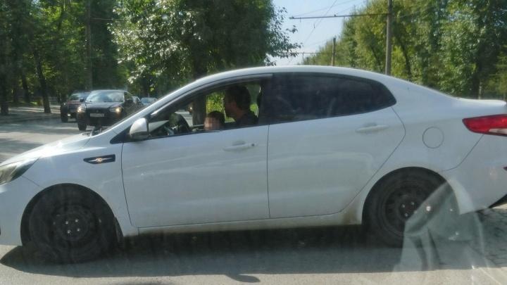 На Уралмаше мужчина посадил за руль маленького ребёнка